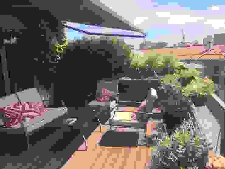 TARIMA DE COMPOSITE Balcones y terrazas de estilo moderno de Jardín con Clase Moderno