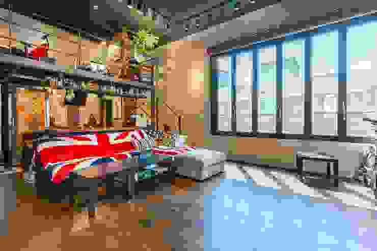 2층_거실, 주방 그리고 복층 작업실 모던스타일 거실 by 한글주택(주) 모던