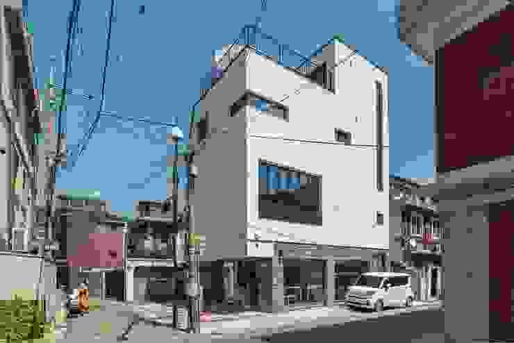 서울에 위치한 심플한 상가주택 by 한글주택(주) 모던
