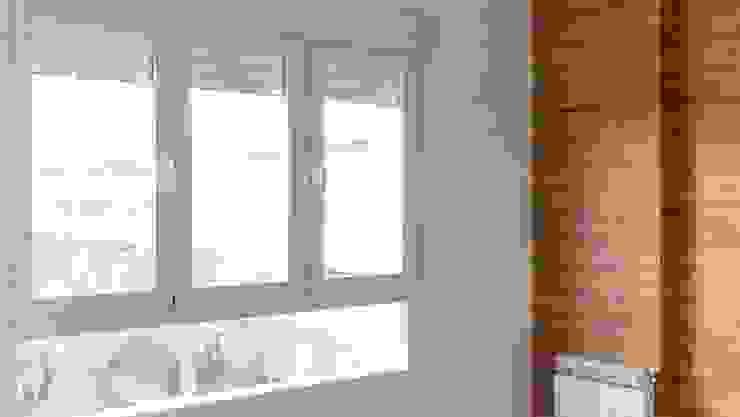 Cocina con pared de cristal y revestimiento madera en el salón Soluciones en Granada - Construcción y Reformas Puertas y ventanas de estilo moderno