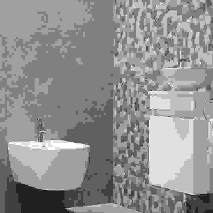 Mozaïekwand toegepast in een toilet-ruimte: modern  door Maxaro, Modern Keramiek
