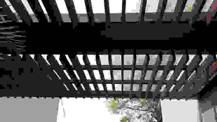 Casa Sur CDMX Merkalum Balcones y terrazas modernos: Ideas, imágenes y decoración Vidrio Acabado en madera