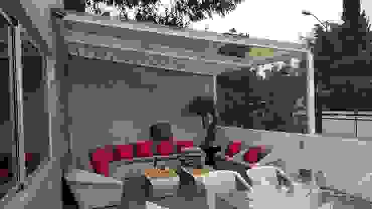 Casa Bosques Merkalum Balcones y terrazas modernos: Ideas, imágenes y decoración Vidrio Blanco