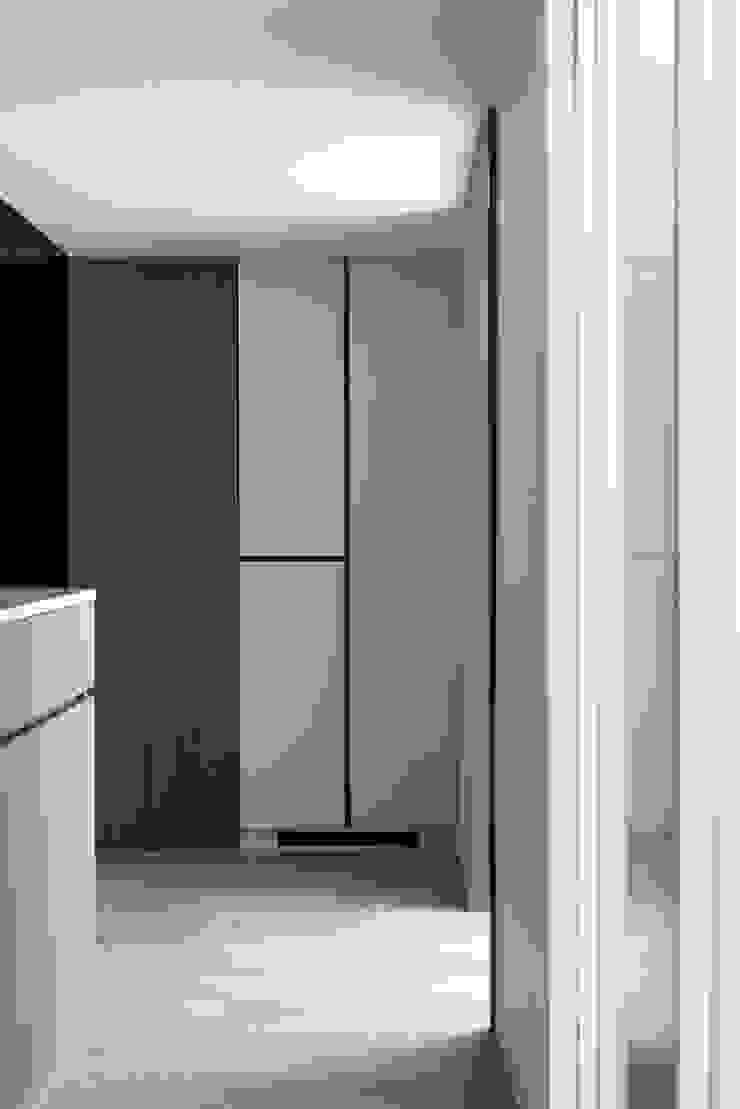 小時光 現代風玄關、走廊與階梯 根據 知域設計 現代風