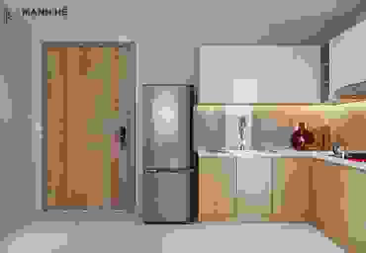 Tủ bếp chữ L tuy nhỏ, nhưng chia nhiều ô tủ để chứa được đa dạng kích thước dụng cụ nấu nướng bởi Công ty TNHH Nội Thất Mạnh Hệ Hiện đại