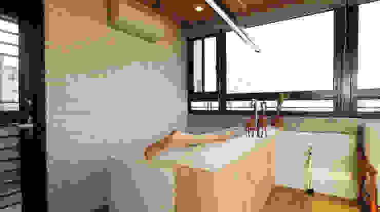 文化牆面搭配廚櫃吧檯: 亞洲  by 醉心空間設計有限公司, 日式風、東方風