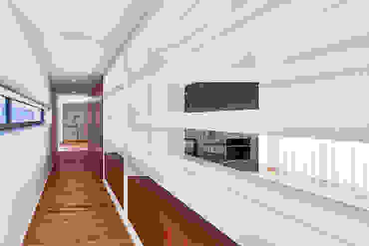 MC House Atelier d'Arquitetura Lopes da Costa Salas de estilo moderno