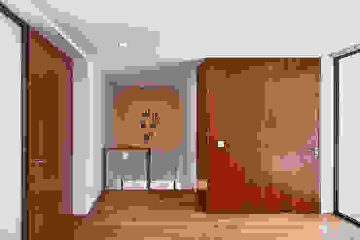 MC House Atelier d'Arquitetura Lopes da Costa Pasillos, vestíbulos y escaleras de estilo moderno Madera Acabado en madera