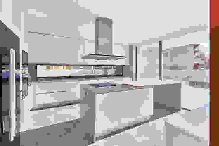 MC House Atelier d'Arquitetura Lopes da Costa Muebles de cocinas Gris