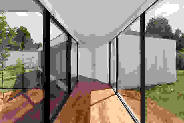 MC House Atelier d'Arquitetura Lopes da Costa Pasillos, vestíbulos y escaleras de estilo moderno Vidrio Transparente