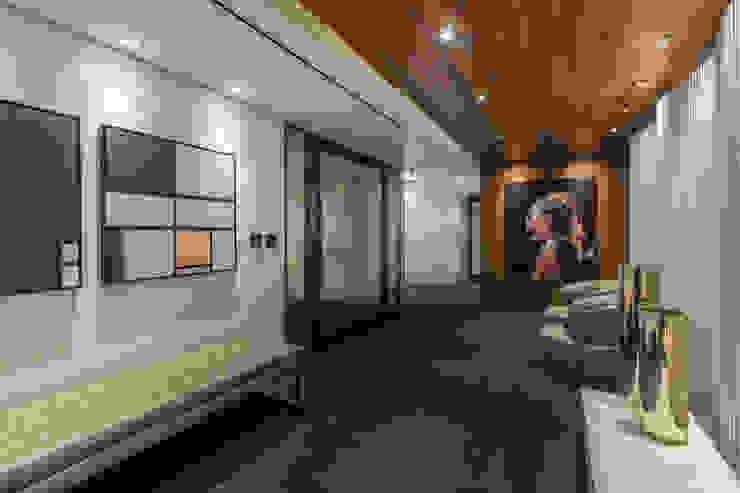 Hall Social | Acesso Arquitetura Sônia Beltrão & associados Espaços comerciais minimalistas Madeira Multi colorido