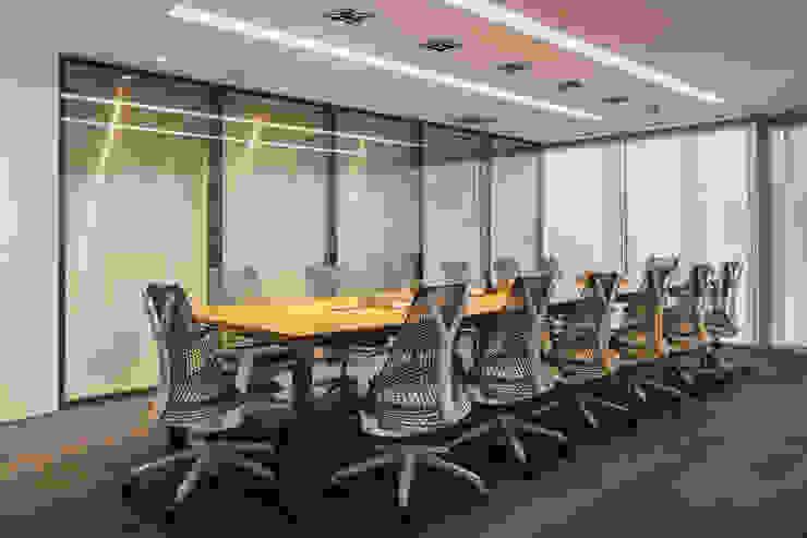 Mesa de Reunião | design Autoral Arquitetura Sônia Beltrão & associados Espaços comerciais minimalistas Madeira Efeito de madeira