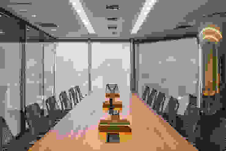 Mesa de Reunião 1 Arquitetura Sônia Beltrão & associados Edifícios comerciais minimalistas Madeira Multi colorido