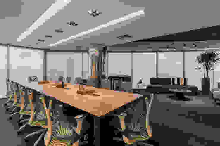 Sala de Reunião 1 Arquitetura Sônia Beltrão & associados Espaços comerciais minimalistas Madeira Multi colorido