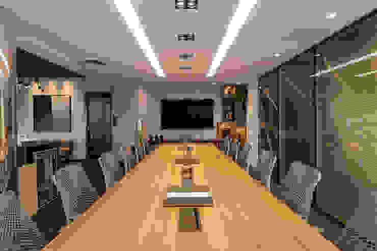 Sala de reunião 1 Arquitetura Sônia Beltrão & associados Espaços comerciais modernos Madeira Multi colorido