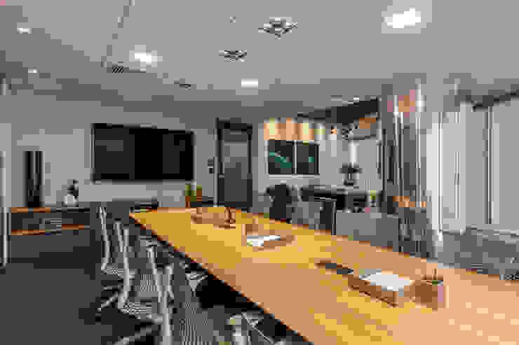 Sala de Reunião 2 Arquitetura Sônia Beltrão & associados Espaços comerciais modernos Madeira Multi colorido