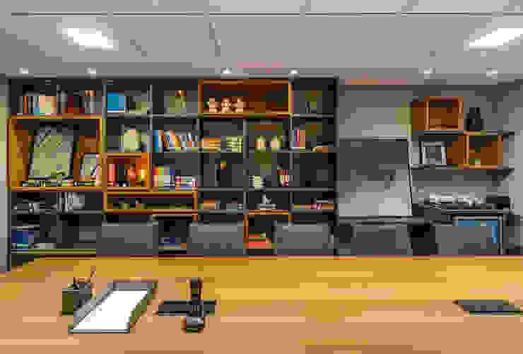 Detalhe | Mesa de reunião | Biblioteca Arquitetura Sônia Beltrão & associados Espaços comerciais modernos Madeira Multi colorido
