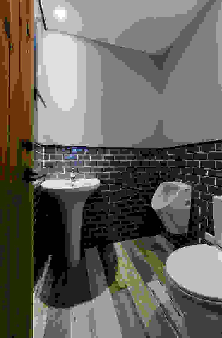 廁所 現代浴室設計點子、靈感&圖片 根據 黃巢設計工務店/戴小芹建築師事務所 現代風