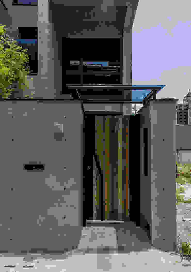 外大門 根據 黃巢設計工務店/戴小芹建築師事務所 現代風 金屬