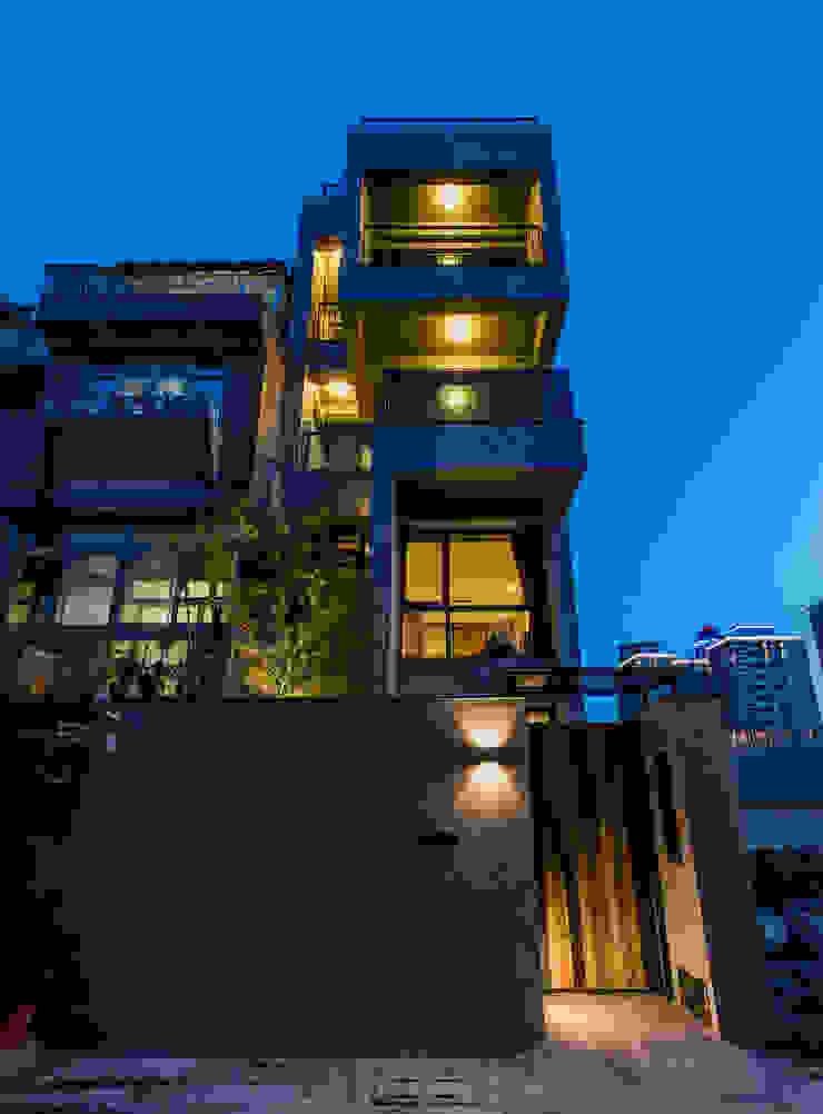 自地自建夢想住宅 桃園 The F House 根據 黃巢設計工務店/戴小芹建築師事務所 現代風 水泥