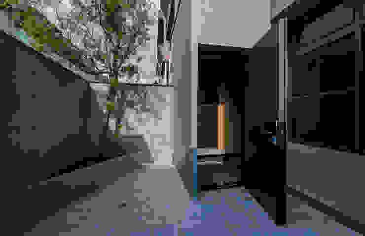 庭園及玄關 根據 黃巢設計工務店/戴小芹建築師事務所 現代風 磁磚