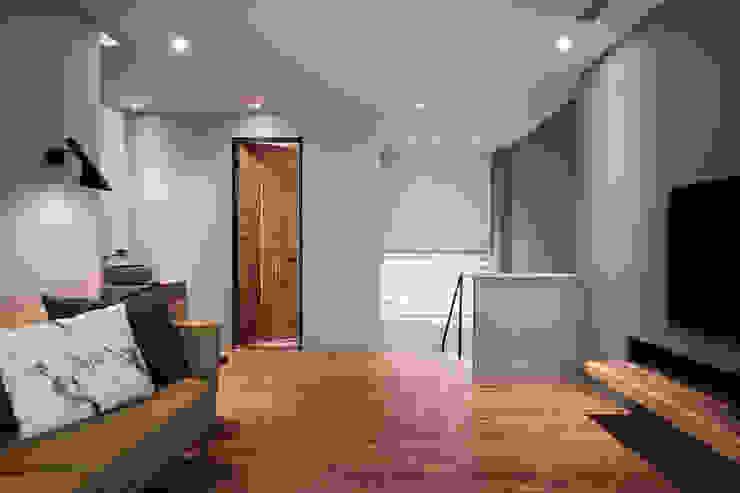 橡木實木地板 根據 黃巢設計工務店/戴小芹建築師事務所 現代風 實木 Multicolored