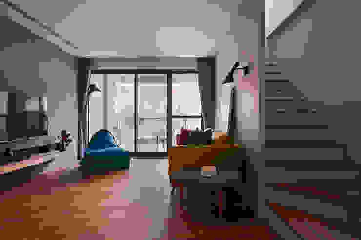起居室 根據 黃巢設計工務店/戴小芹建築師事務所 現代風 實木 Multicolored