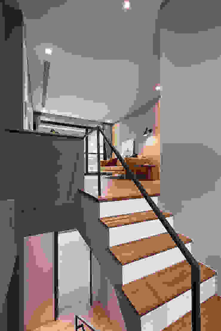 樓梯 根據 黃巢設計工務店/戴小芹建築師事務所 現代風 實木 Multicolored