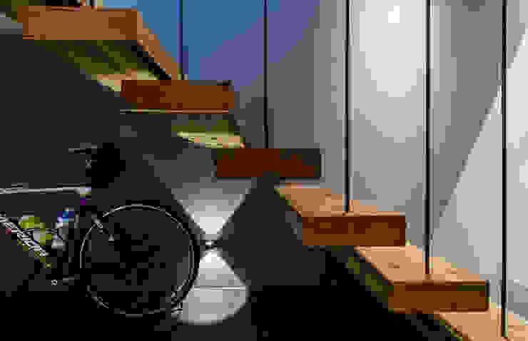 懸空樓梯 根據 黃巢設計工務店/戴小芹建築師事務所 現代風 實木 Multicolored