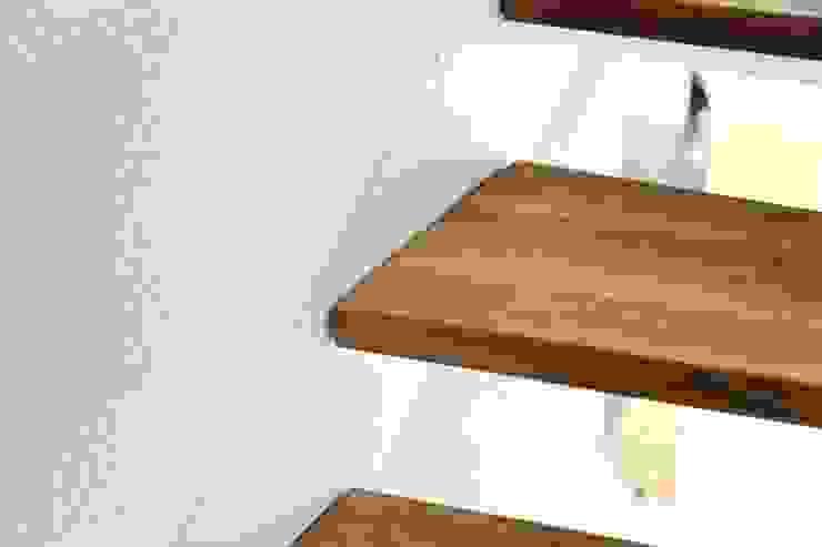 Detail der schwebend wirkenden Trittstufe Heerwagen Design Consulting Treppe