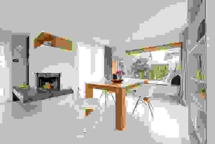 offenes Wohn- und Esszimmer mit gemütlichem Sitzfenster Heerwagen Design Consulting Moderne Esszimmer