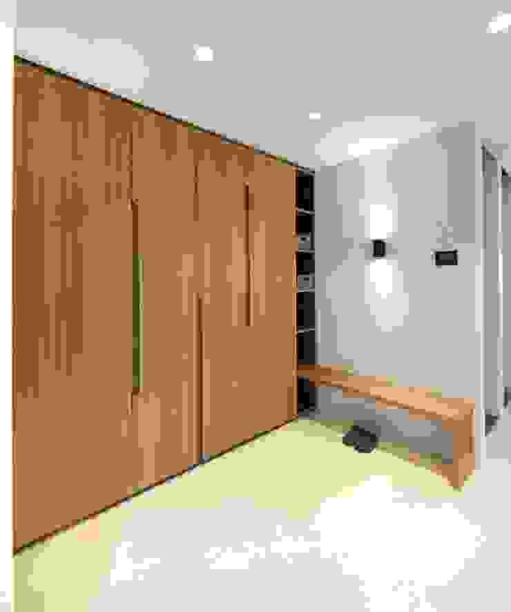 Garderobeneinbauschrank aus Holz mit farbigen Details Heerwagen Design Consulting Moderner Flur, Diele & Treppenhaus