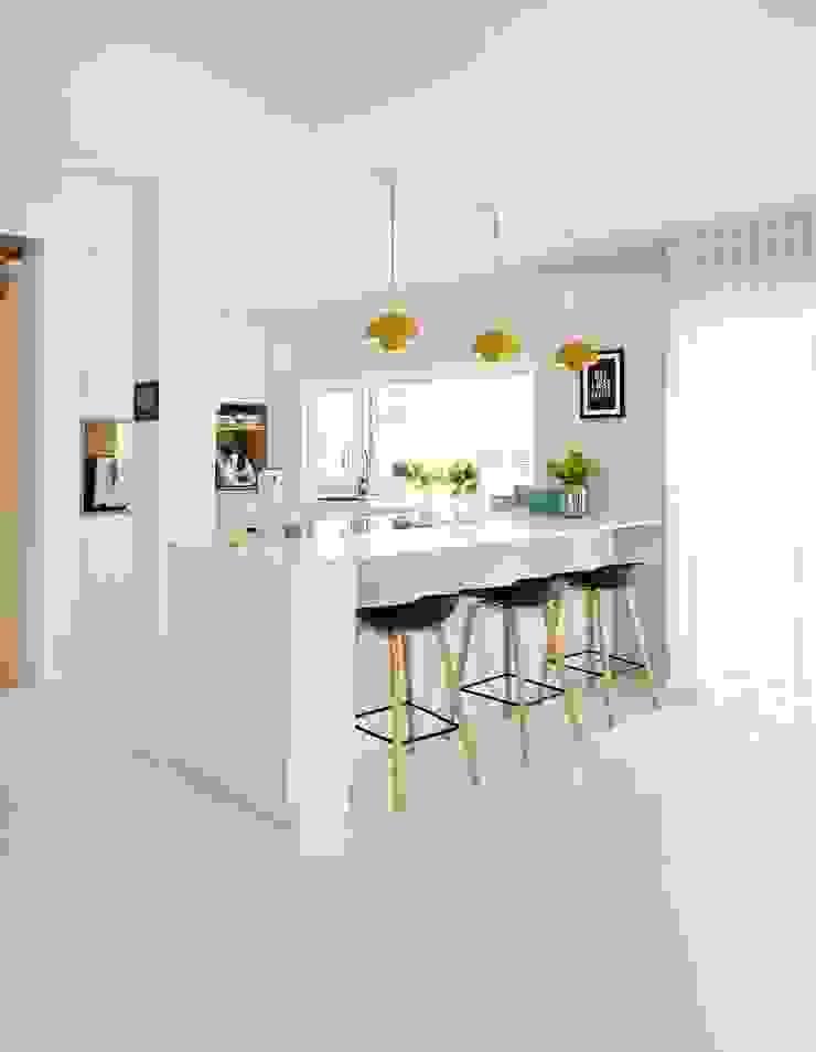 moderne Küchengestaltung in weiß Heerwagen Design Consulting Einbauküche