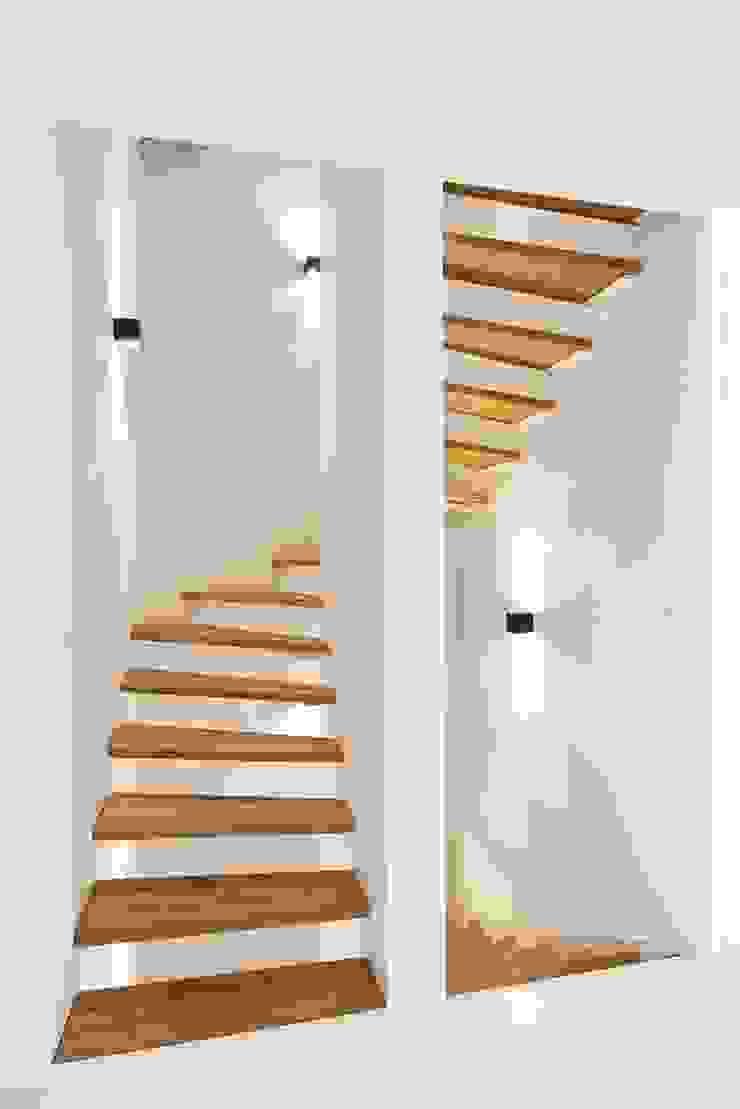 zeitloses Treppengesign mit der Kombination von Weiß und Holz Heerwagen Design Consulting Treppe