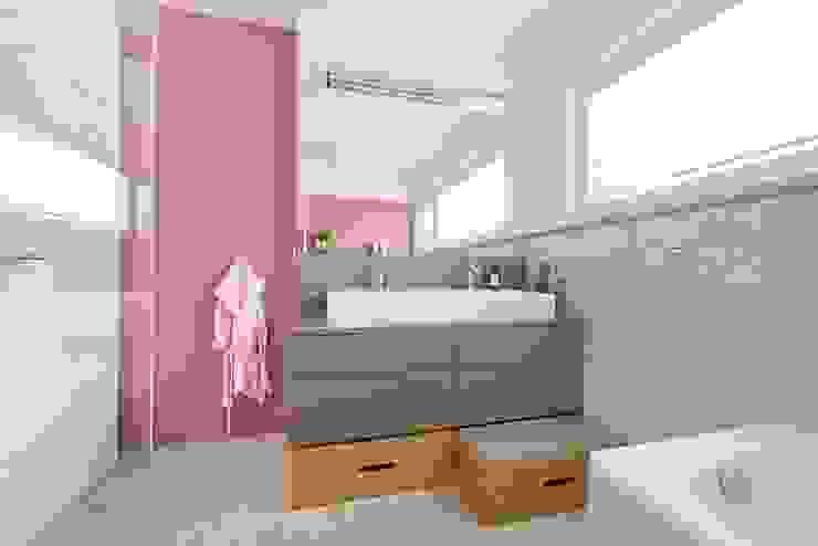 Kinderbadezimmer in einer fröhlich lockeren Farbstimmung Heerwagen Design Consulting Moderne Badezimmer