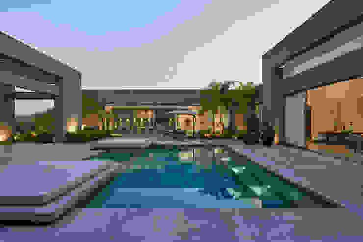 Casa no vale dos cristais 1 Piscinas modernas por Lanza Arquitetos Moderno