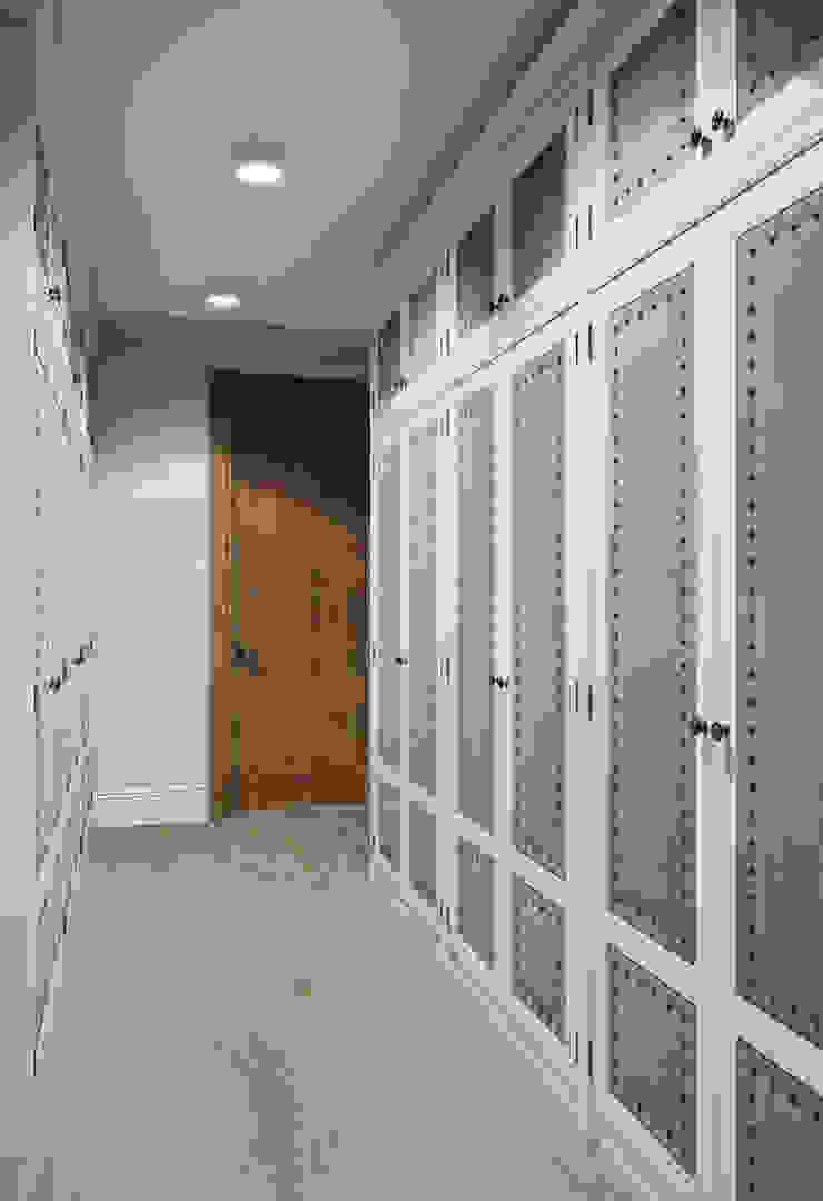 Гардеробная в квартире в клубном доме в Depre. Гардеробная в классическом стиле от MARION STUDIO Классический