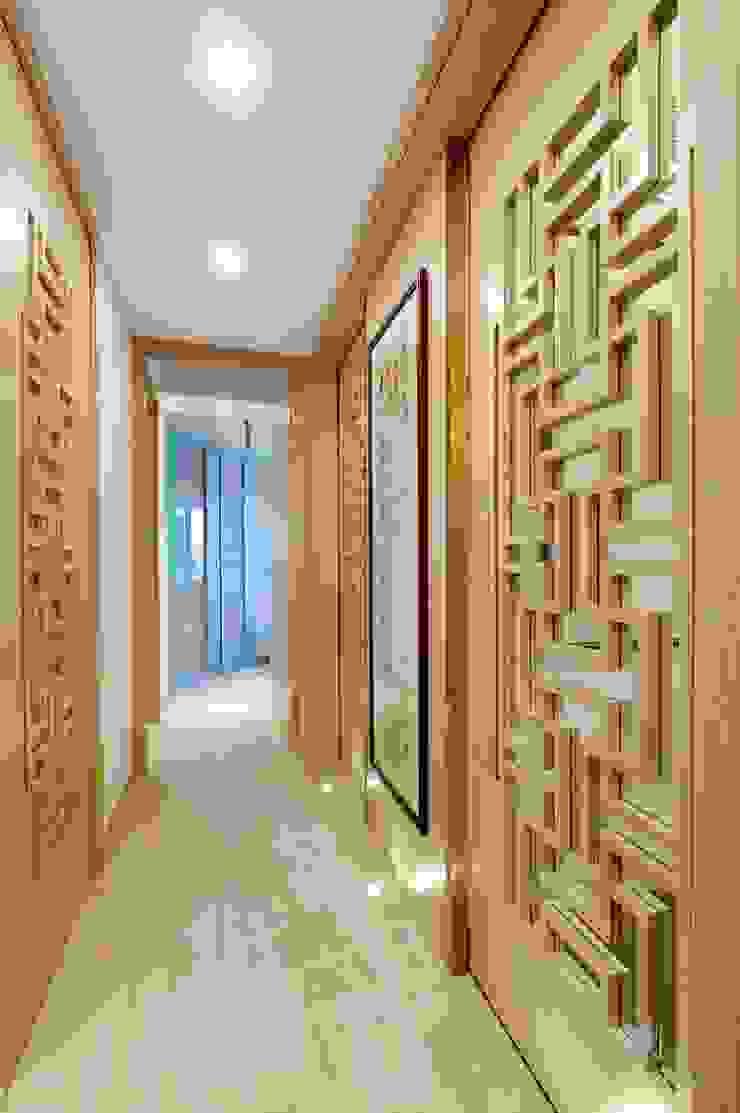 Corridor Modern corridor, hallway & stairs by Darren Design & Associates 戴倫設計 Modern Wood Wood effect