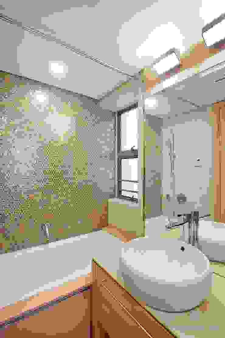 Bathroom Modern bathroom by Darren Design & Associates 戴倫設計 Modern Bricks