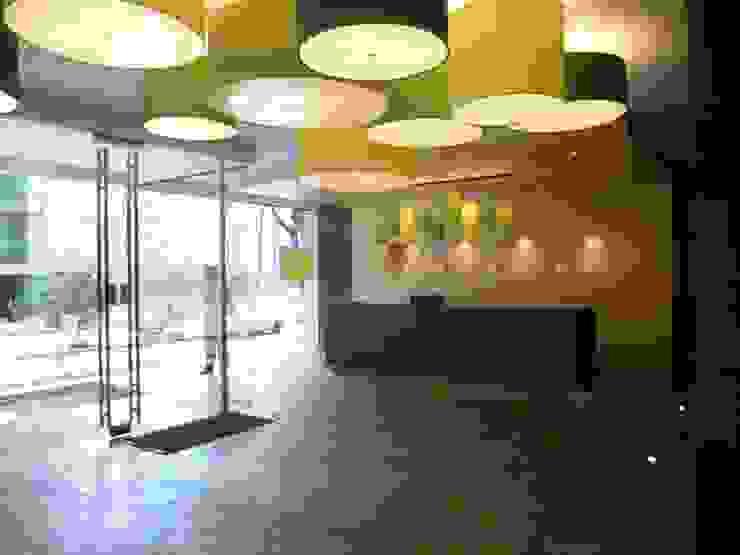 LOBBY Pasillos, vestíbulos y escaleras de estilo moderno de BSArquitectos Moderno