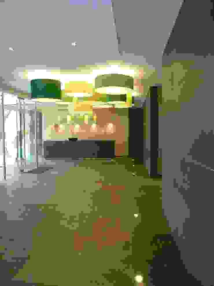 LOOBBY Pasillos, vestíbulos y escaleras de estilo moderno de BSArquitectos Moderno
