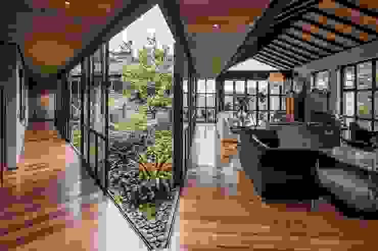 Acceso, patio interior, salón Salas modernas de Estudio Transversal SAS Moderno Madera Acabado en madera