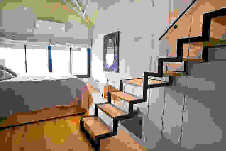 Reforma de un loft Dormitorios modernos: Ideas, imágenes y decoración de Ba75 Atelier de Arquitectura Moderno