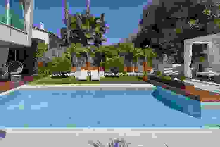 El color del agua que apetece tocar ROSA GRES Piscinas de jardín Cerámico Blanco