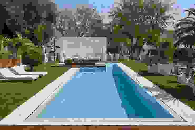 El blanco como protagonista del jardín ROSA GRES Piscinas de jardín Cerámico Blanco