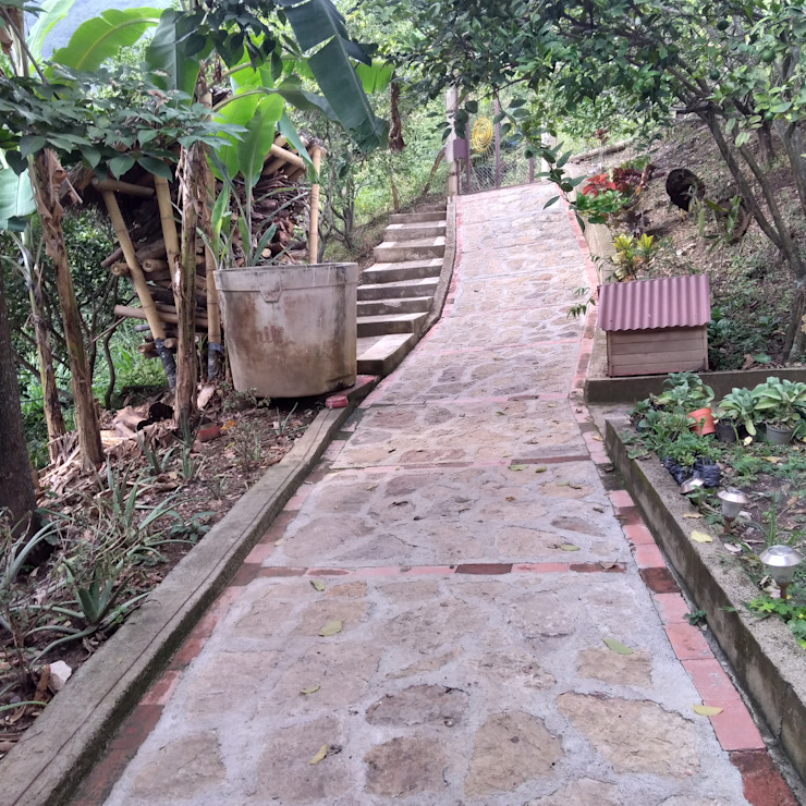 Senderos Pasillos, vestíbulos y escaleras de estilo rural de Hauzer Arquitectura Rural Piedra