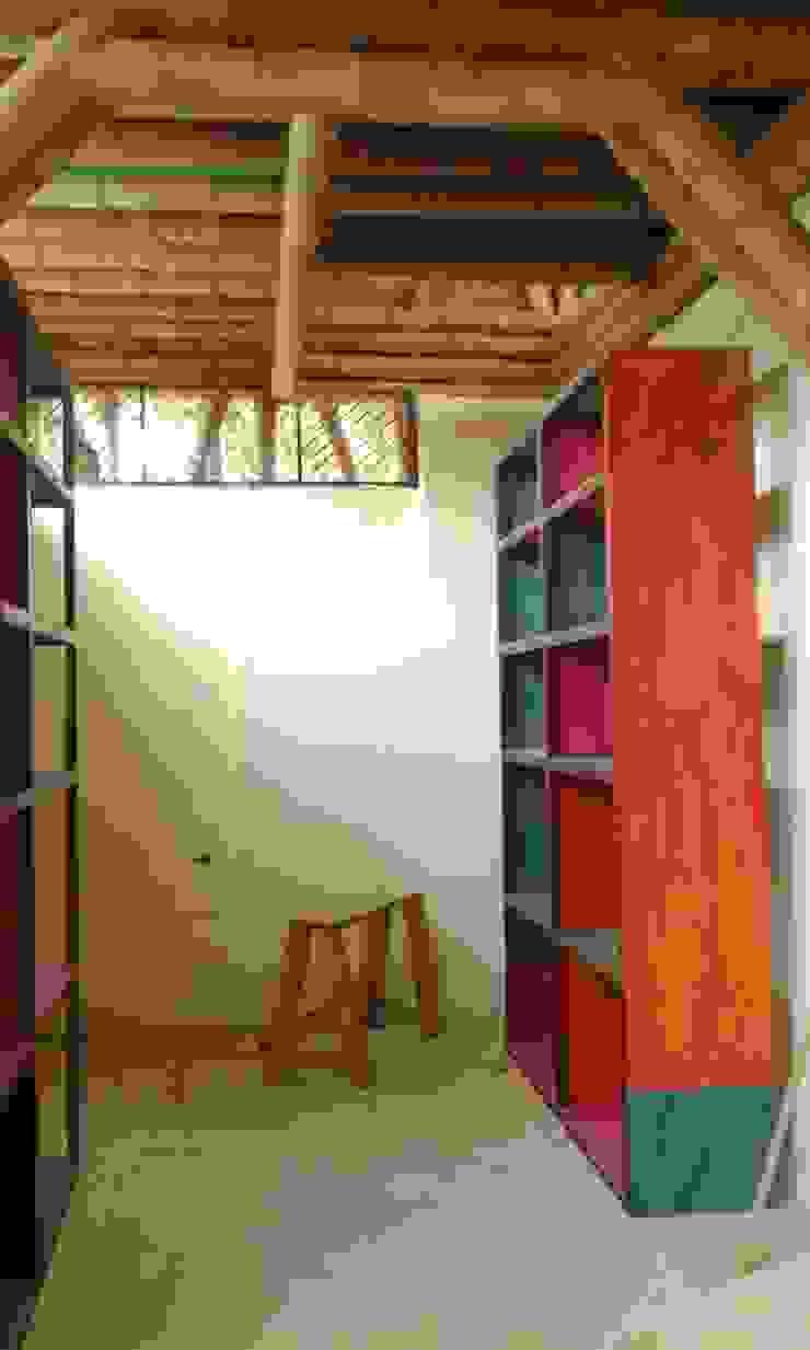 Despensas y bibliotecas de Hauzer Arquitectura Rústico Madera Acabado en madera