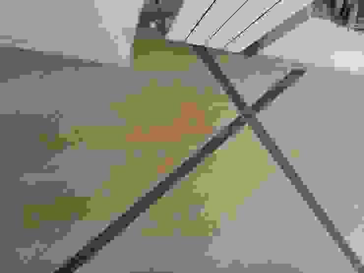 Dettaglio pavimento zona giorno piano superiore di antonio felicetti architettura & interior design Moderno Ceramica