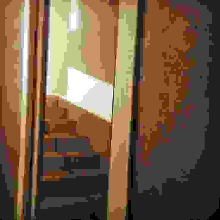 Dettaglio Porta di antonio felicetti architettura & interior design Moderno Legno Effetto legno