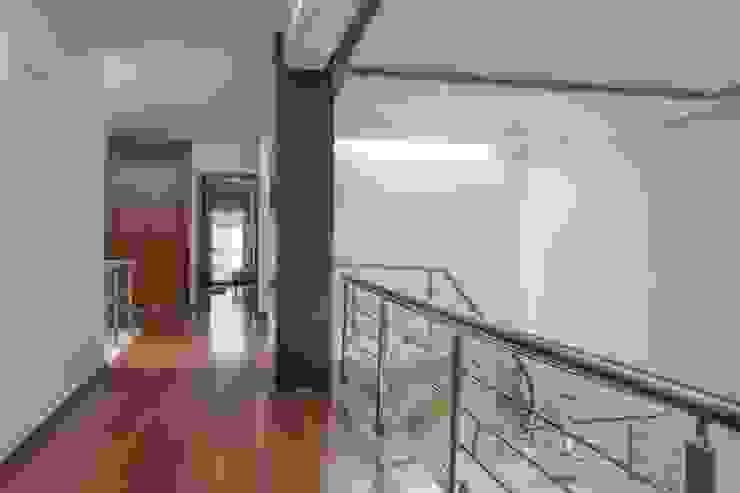 Inmobiliaria Punto 30 Modern corridor, hallway & stairs